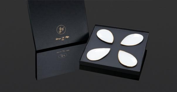 Coffret assiettes en porcelaine en blanc et or brillant - Photo non contractuelle - Modèle Pétale Alizée - Lorenza-difilippo.fr