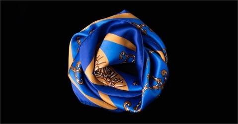 Carré de soie - Modèle La Montgolfière bleue - Lorenza-difilippo.fr