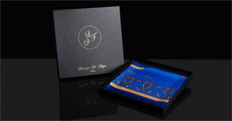 Foulard en soie présenté dans un coffret - Modèle La Montgolfière bleue - Lorenza-difilippo.fr